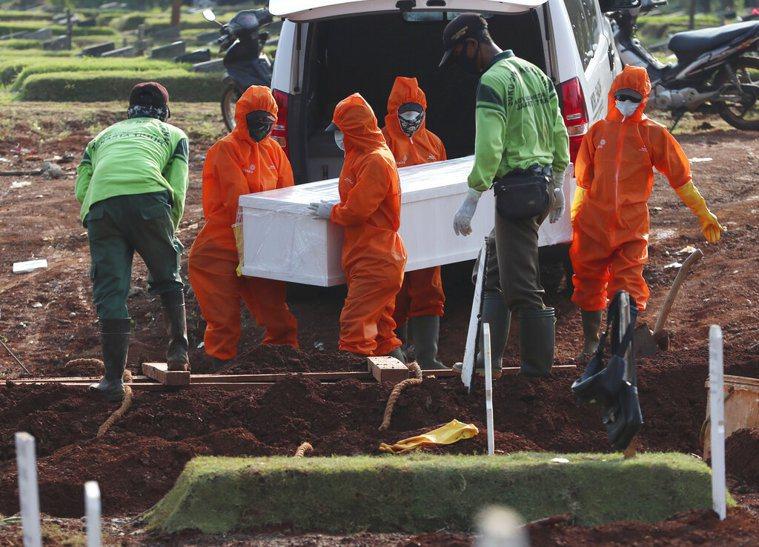 新冠肺炎在印尼的情況嚴峻,印尼政府對因疫死去的遺體採取嚴格、不接觸與迅速下葬的防...