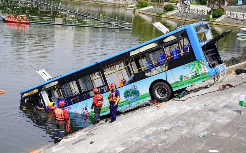 7月7日中午12時30分,貴州一輛公交車衝入虹山水庫湖造成21人死亡。 中國新聞社