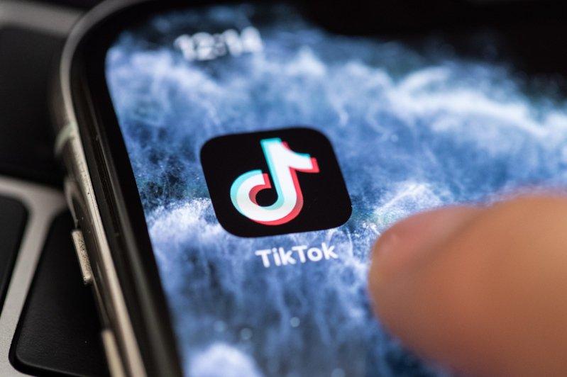 快速竄紅的影音分享軟體TikTok今天推出自助廣告平台,與其他社群媒體競爭的野心一覽無遺,即便美國等多國升高對TikTok的抨擊。 歐新社