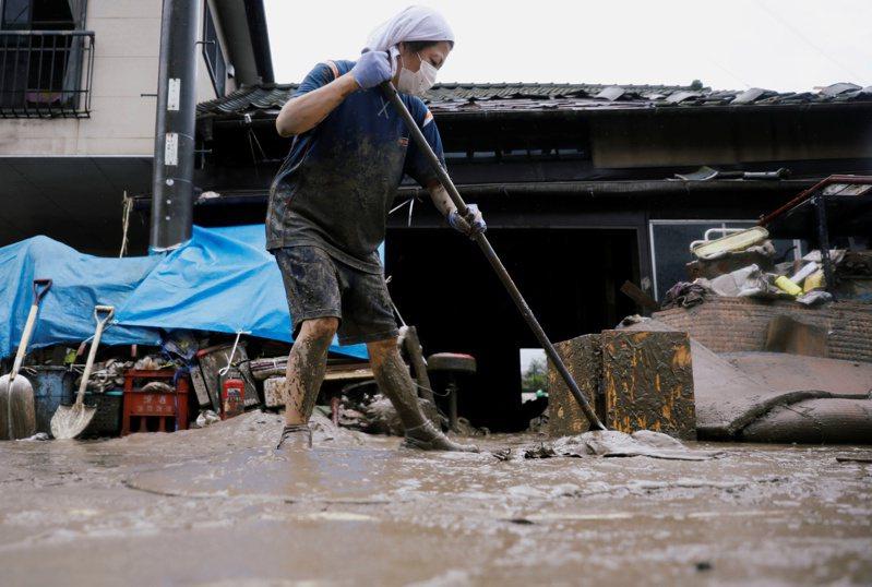 隨著梅雨鋒面今天下午北上,日本強降雨範圍已擴大,今天晚間到明天除已受豪雨重創的九州及東海地方,連位於中國地方的廣島周邊,都要嚴防可能發生的大雨災情。 路透社