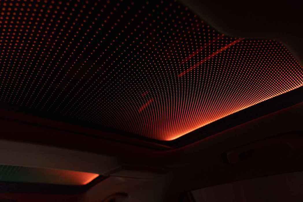 展現遼闊星空的Sky Lounge全景式電動玻璃天窗,給予車室專屬的獨特氛圍。 ...