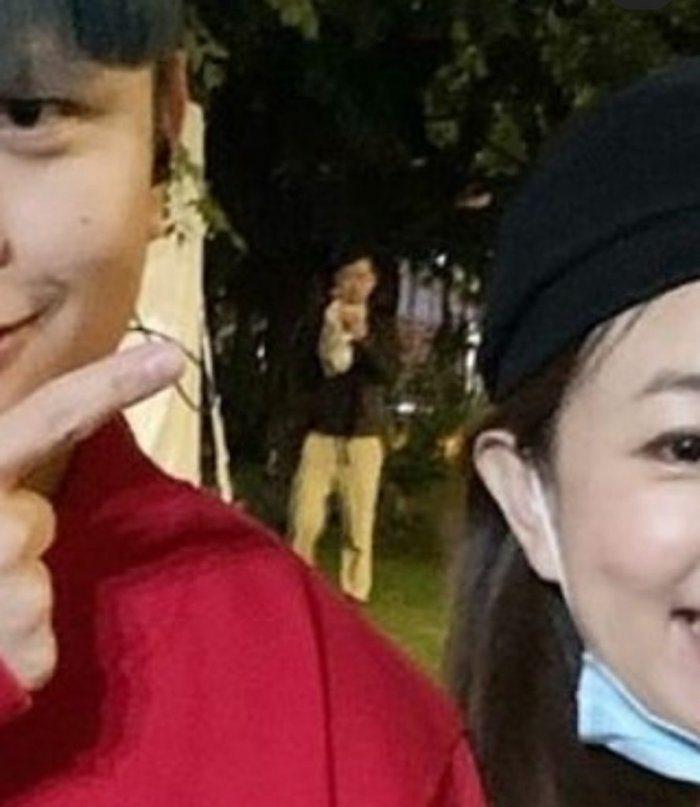 有位台大學生剛好站在蔡阿嘎夫妻身後,意外被拍入鏡。 圖/擷自Dcard