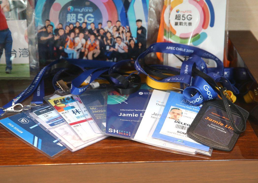 林之晨收集自己出席APEC等重要會議的證件。記者林澔一/攝影