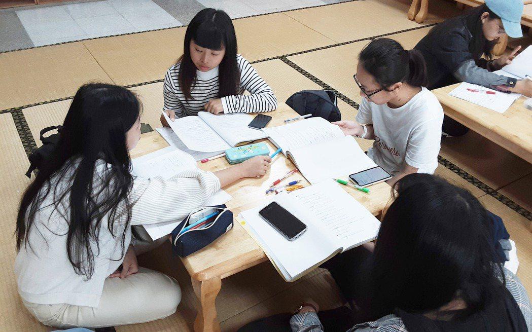 大葉大學應日系透過課堂分組討論,提升學習成效。