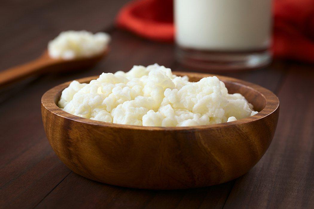 早期傳統部落是將所謂的克菲爾Grains(翻譯成菌叢或菌粒),首先添加到牛奶中,...