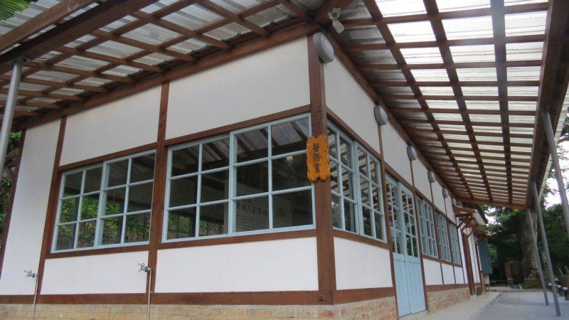 苗栗縣公館鄉出磺坑礦場歷史建築舊醫務所整建完成,並推出藝文展。 圖/范榮達 攝影