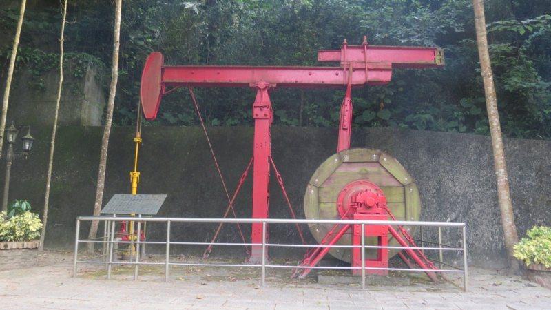 苗栗縣公館鄉出磺坑礦場1號油井公園設置古老機具,述說一百多年前採油歷史。 圖/范...