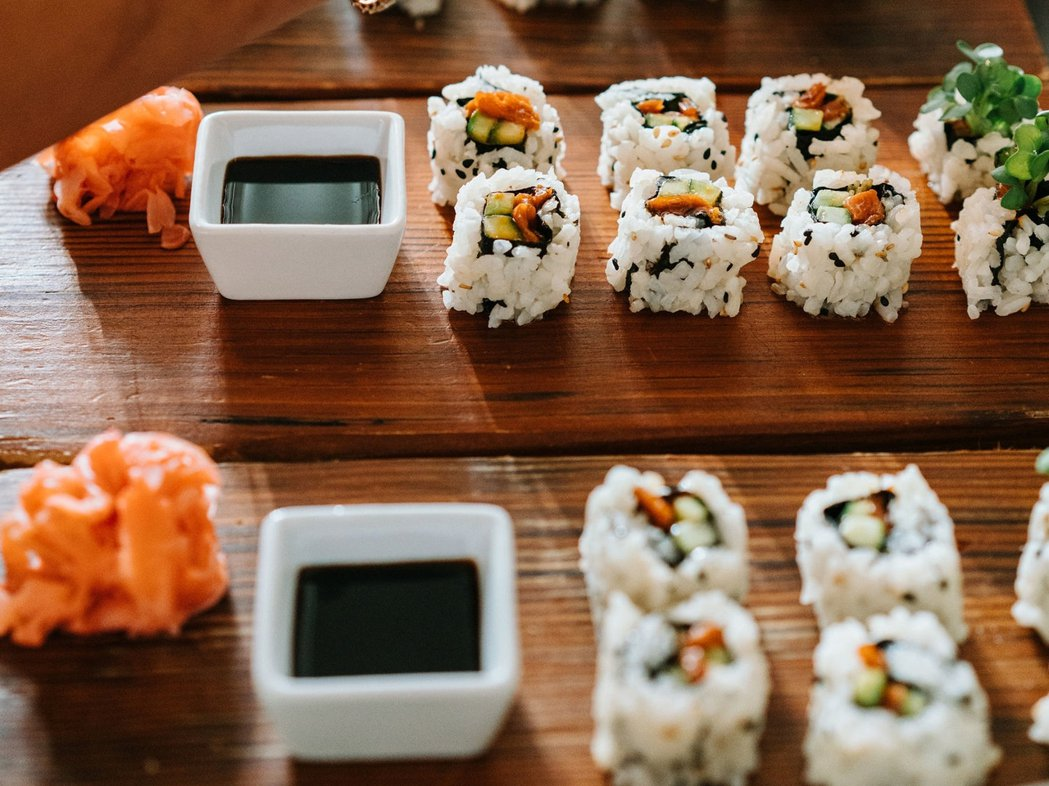 Wild Type公司以細胞培養出來的鮭魚碎肉,用於壽司卷中。 圖/Wild T...