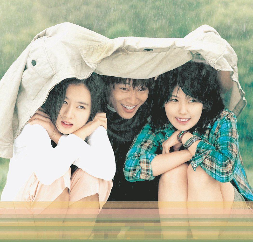 李恩宙(右)曾和孫藝珍(左)、車太鉉(中)演出電影「向左愛向右愛」。圖/群體電影