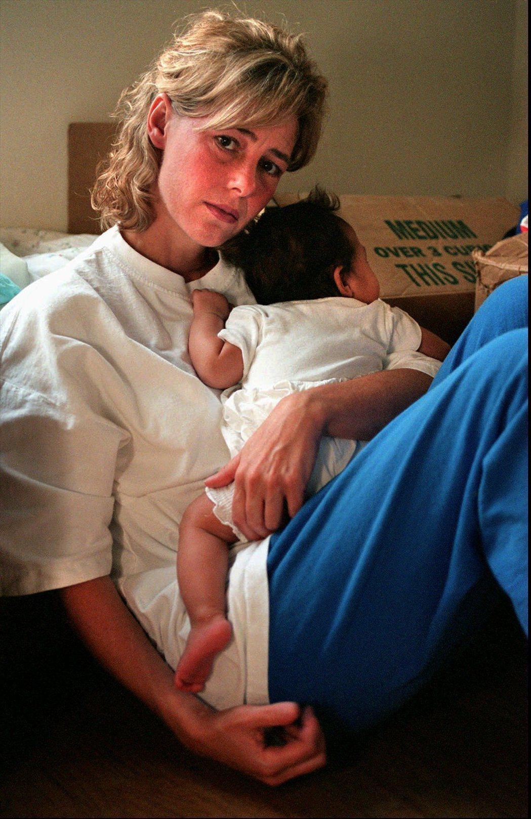 1997年,瑪莉抱著與維利生下的小孩。 圖/美聯社