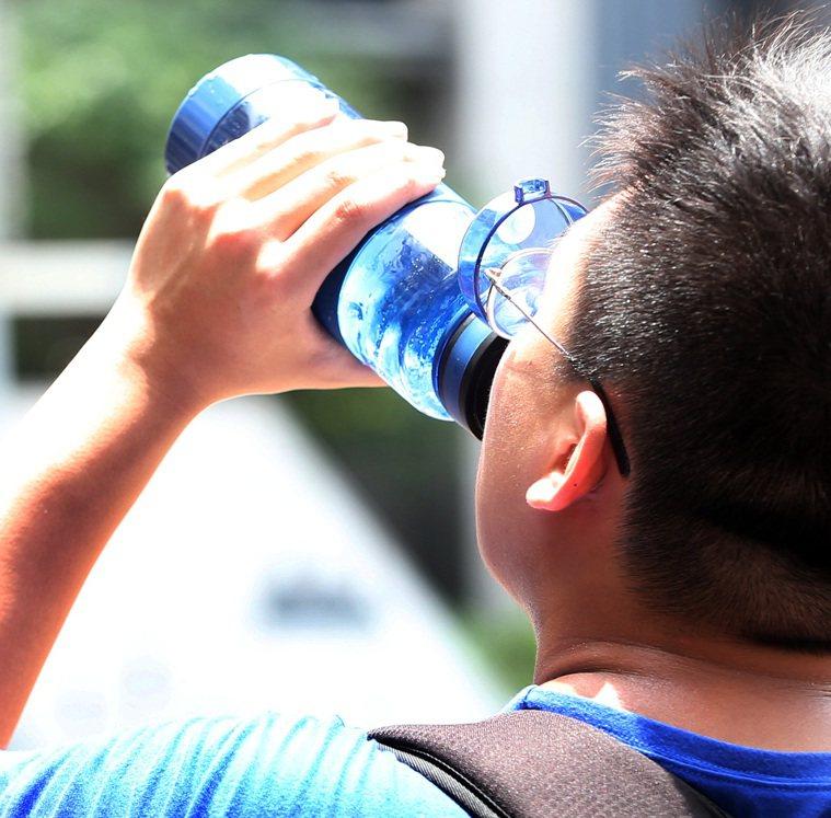 大暑來臨讓人如近火爐,但中醫師提醒,若經常大口吃冰及清涼飲料消暑,易造成胸口鬱悶...