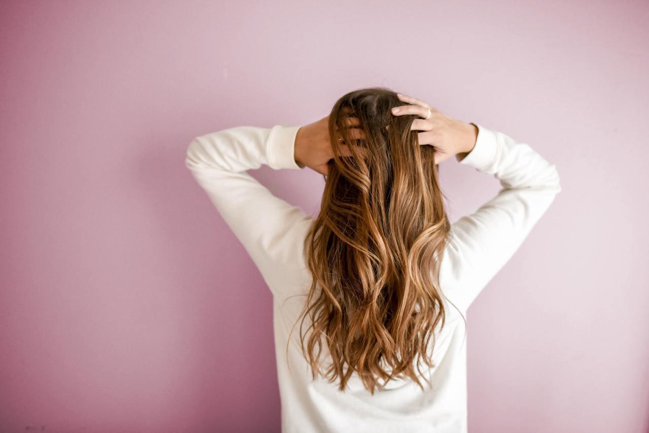 判斷掉髮是否過多,觀察晨起時的枕頭上、洗浴後堵塞排水孔的髮絲,只要總數範圍在五十...