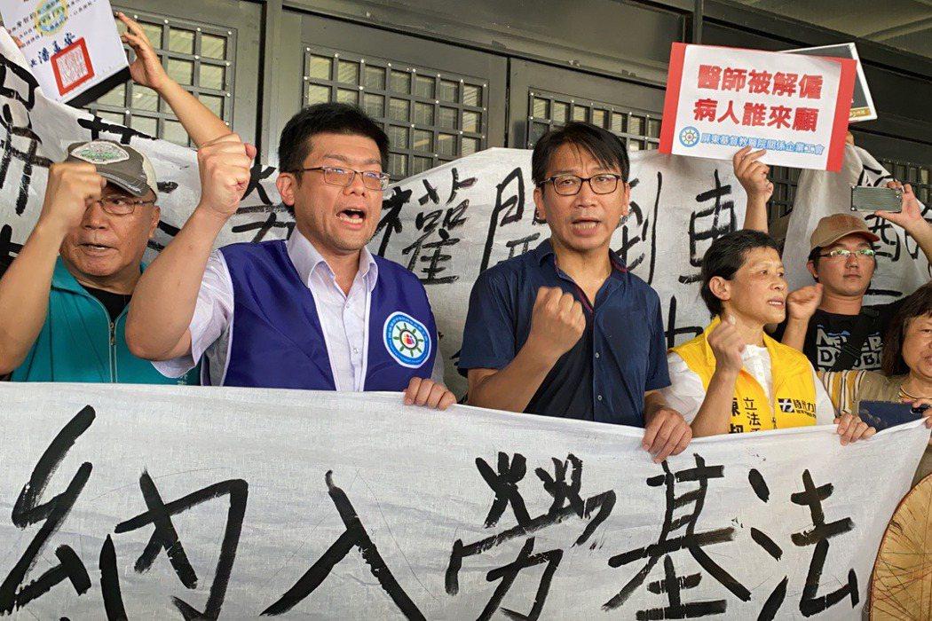 屏基工會理事長詹智鈞(左二)遭屏基不續聘,工會在今年6月發起連署上街遊行,有60個工會團體、300人參與遊行。 圖/聯合報系資料照