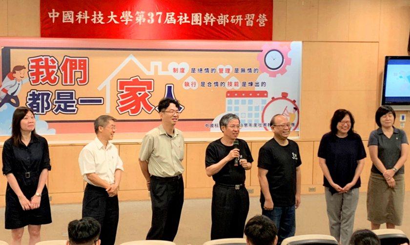 中國科技大學校長唐彥博(左四)帶領玩遊戲,並介紹校務主管。 校方/提供