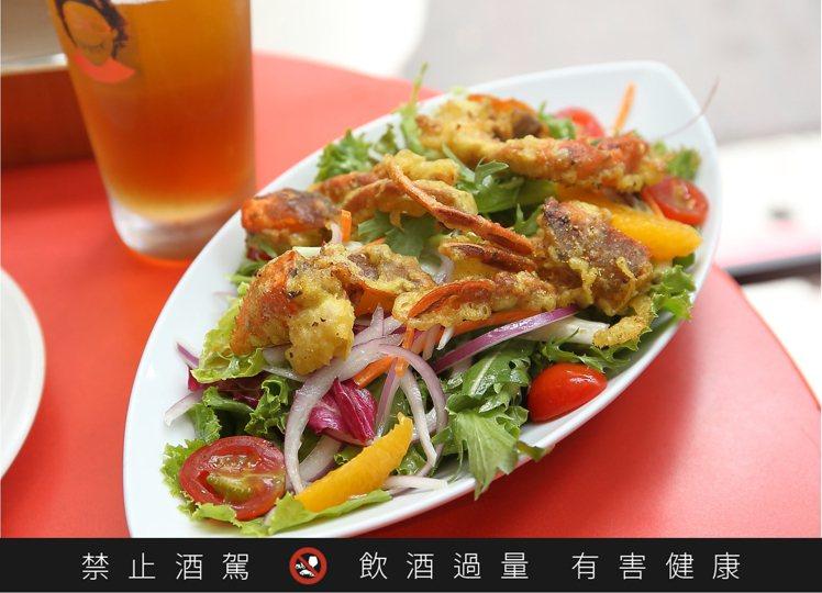 軟殼蟹沙拉是五方食藏的招牌料理之一。記者陳睿中/攝影