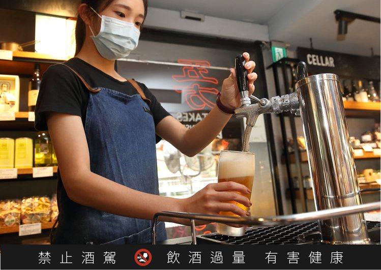 夏日啤酒節活動,可以讓民眾大口吃海鮮、配啤酒。記者陳睿中/攝影
