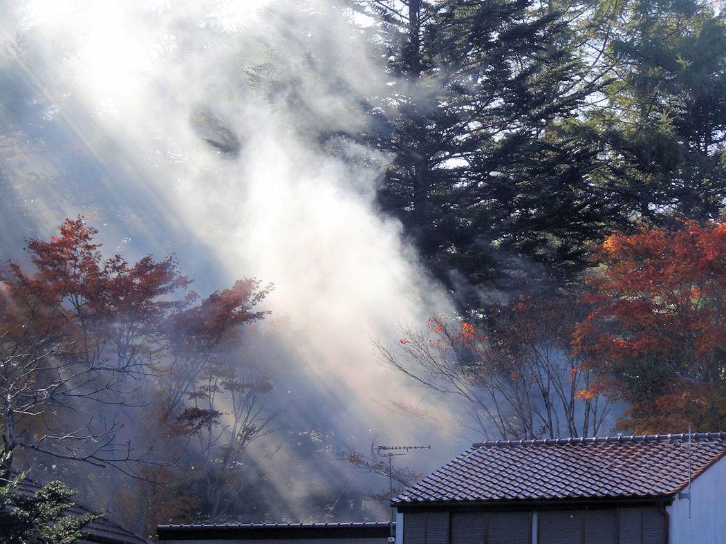 池畔人家燒柴造飯,意外造成迷濛景觀