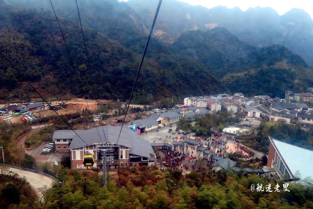 遊客是在金沙索道乘坐纜車上山,登上纜車往往要排很長的隊伍。