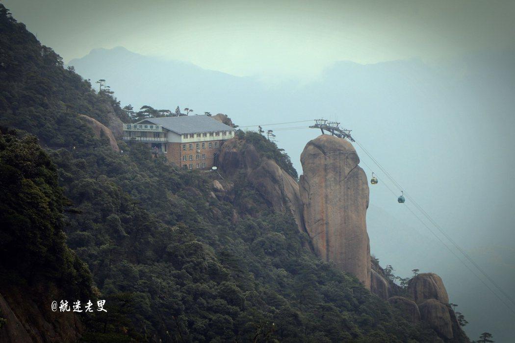 纜車在山間繁忙的穿梭,回望乘座的纜車,雲霧環繞著連綿青山,索道纜車順著繩索緩緩駛上雲霄,漸漸消失在視野之中。