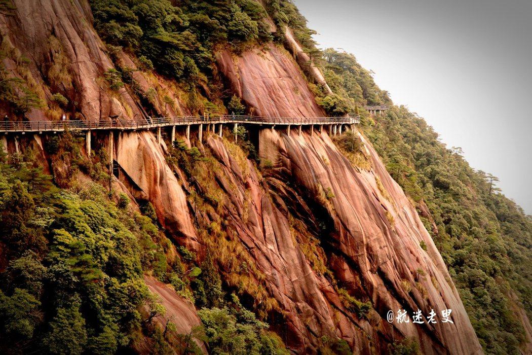三清山中的棧道原是古代香客和道士進山的道路,一路之上可以看到眾多道教文化的遺存,這條路也成為了登三清山徒步穿越的一條健行步道。