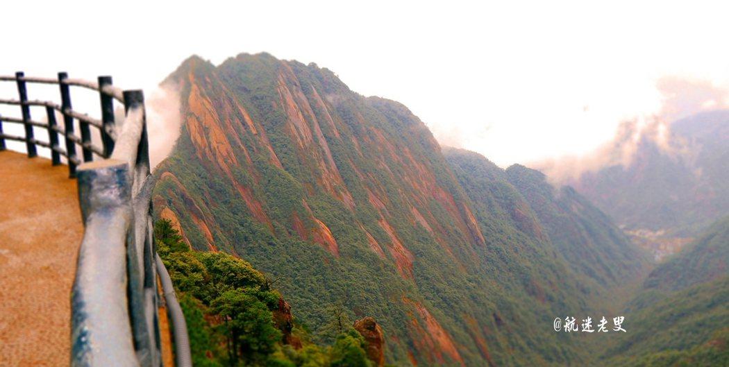 三清山經常起霧下雨,石壁之中也遍佈了青苔,雨後,青苔又會複生其上,將這億萬年生成的花崗岩裝扮的格外蒼勁。