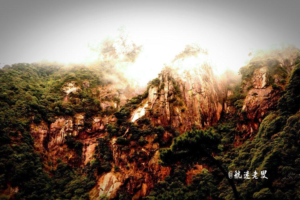 走在懸崖峭壁間的棧道上,感受著多變的風景,身心很自然融入了這絕美的天地間了。