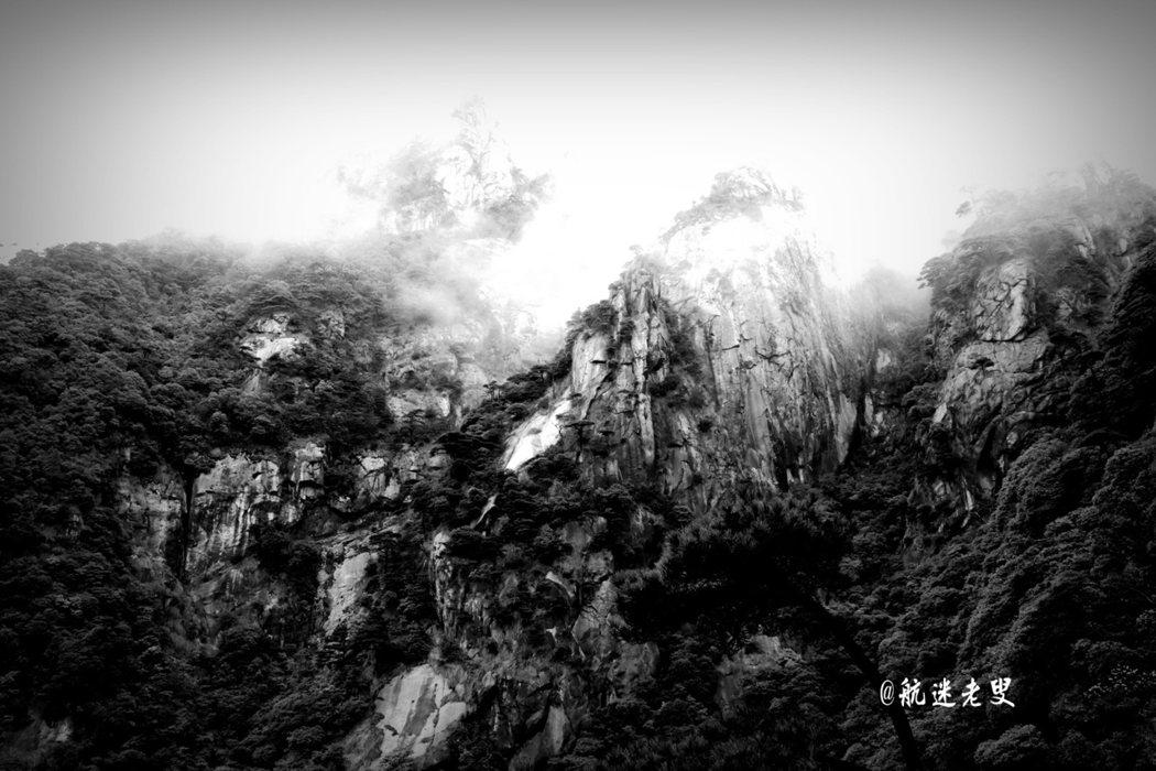 登上了三清山頂,滿目雲海環繞,遠處的山峰時隱時現,雲撥霧散,顯露雄壯的身姿,有種高不可攀的攝人氣勢。