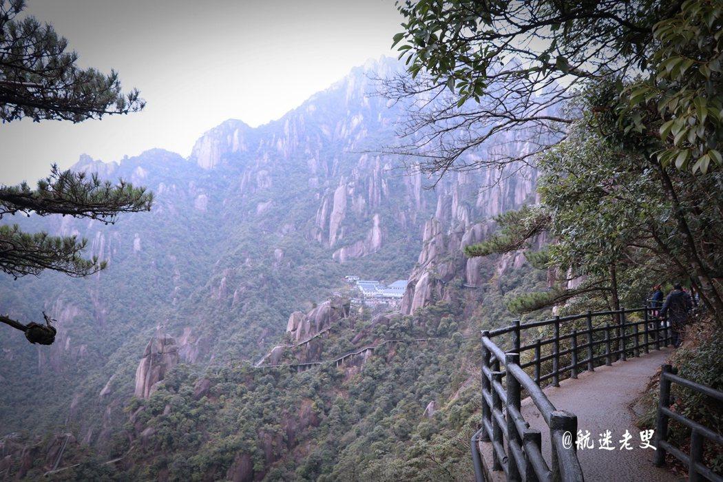 舉目遠眺就是悠悠的青山,讓人心曠神怡,渺小的自己置身於大自然的懷抱之中。