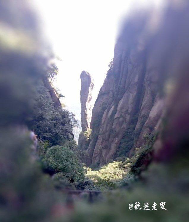 三清山最富盛名的巨蟒出山, 峰端形如蛇首,峰腰略有粗細,似蛇身挺立, 石頭上斑斑裂痕,景象讓我震憾。