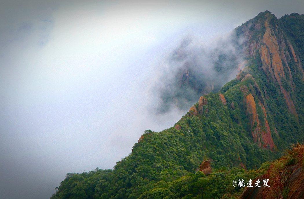 雲海霧濤、如夢如幻,邊拍邊賞,俯望山嵐,一副壯麗的畫卷。