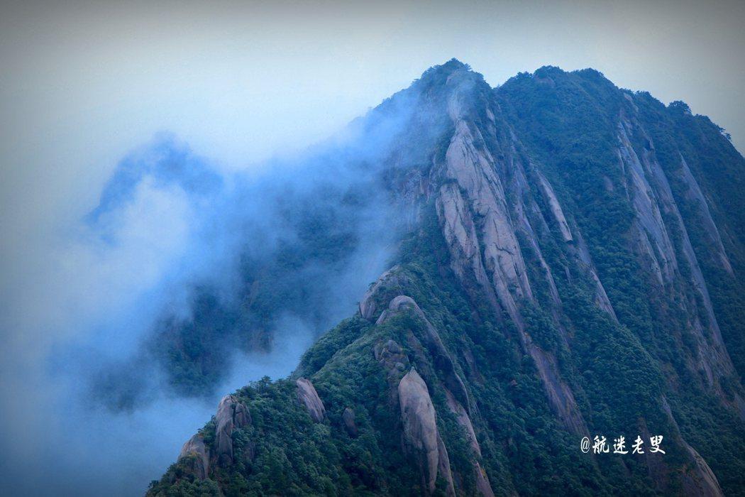 氣流在山巒間穿行,上行下縱,環流活躍,漫天的雲霧有如積雲,站在木棧道上,有如騰雲駕霧。