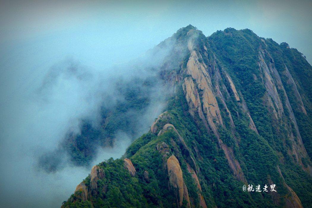 不多時,濃霧散去,晴空豔陽,滿目青翠,俯瞰峽谷景致,奇石累累,姿態萬千。