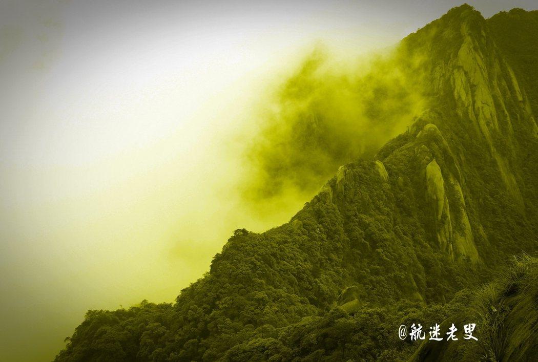翻山越嶺在群山之間,雲霧讓山峰濃淡飄渺,變幻莫測,群峰競秀、氣象萬千。