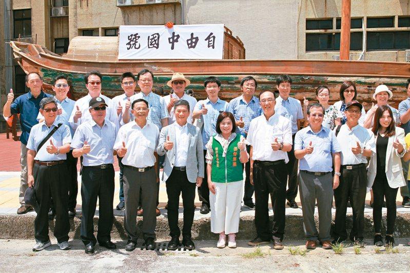 文化部長李永得(前排左四)、台灣海洋大學校長張清風(前排左三)以及張榮發基金會執行整鍾德美(前排左五),共同參加「自由中國號」揭幕儀式。圖/張榮發基金會提供