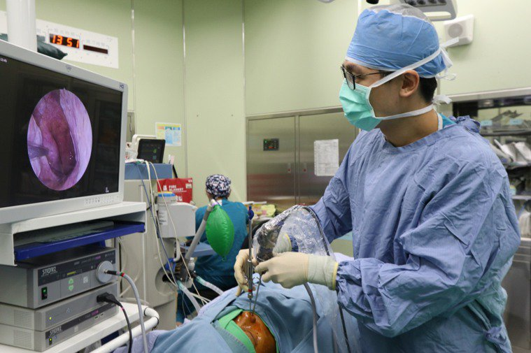 亞洲大學附屬醫院耳鼻喉科醫師許哲綸指出,民眾搭飛機或爬高山時,耳朵會有悶痛感,回...