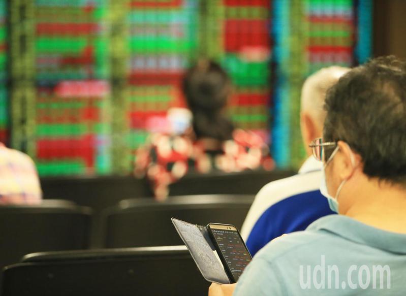 台股今天再創新高,號子內投資人尋找好的投資標的。記者潘俊宏/攝影