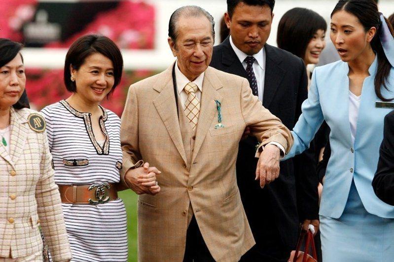 澳門賭王何鴻燊(中)是廣東寶安人,與元配黎婉華在1942年結婚。美聯社