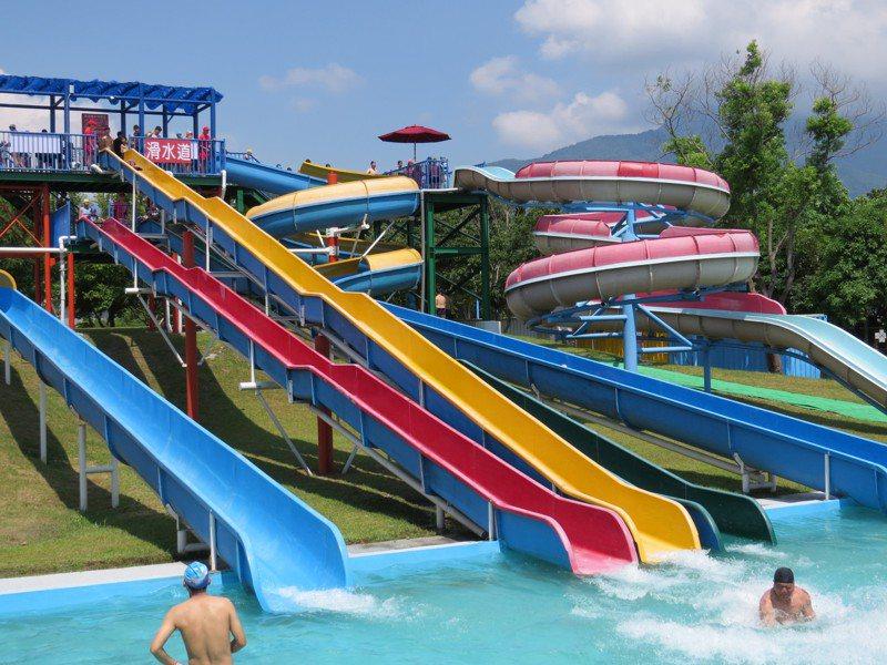 花蓮知卡宣水上樂園每年暑假免費開放,滑水道清涼又刺激。圖/花蓮縣府提供