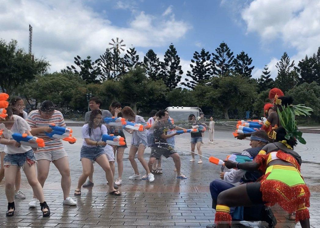 六福村舉辦每日三場水戰活動,將由水戰士們率領表演團隊與台下遊客對戰,暑假期間19...