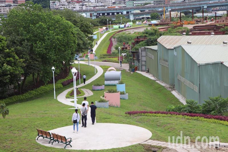 中興路以南中央軸帶公有地打造6300平方公尺、約兩千坪的「五股新冪境」綠地公園。記者吳亮賢/攝影