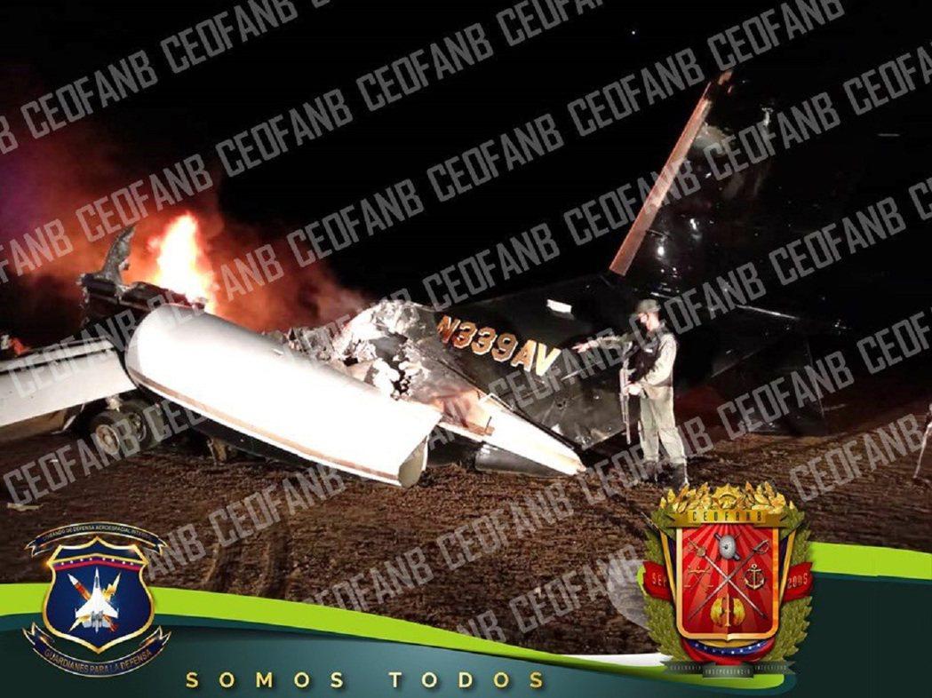 委內瑞拉軍方高層8日晚間上推特貼文,宣稱擊落一架帶有美國機尾編號的運毒飛機。畫面...