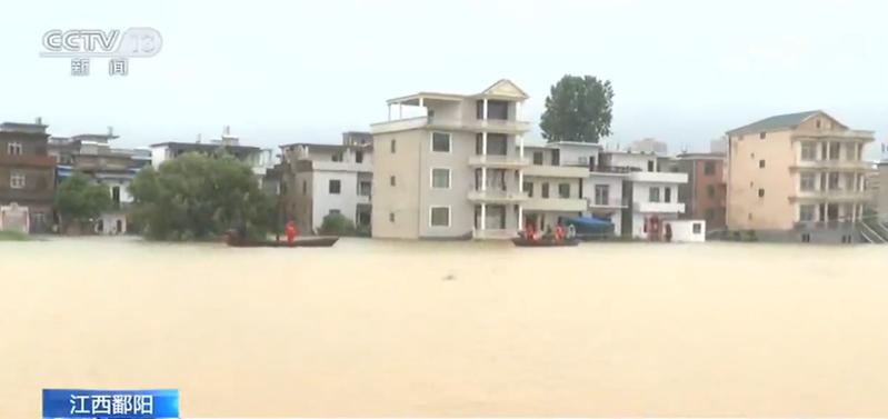 江西鄱陽縣饒州街道管驛前村,緊鄰饒河。受降雨影響,饒河水位上漲,導致臨近的村莊被淹,目前,當地正在對被困居民進行轉移。圖/截自央視網