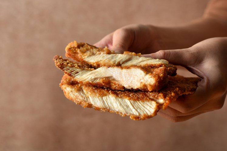 川麻雞排選用整塊的帶骨雞胸肉,並以12種醃料入味。圖/繼光香香雞提供