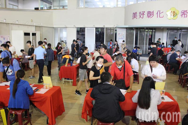 彰化縣政府今天舉行中型就業博覽會。記者林敬家/攝影