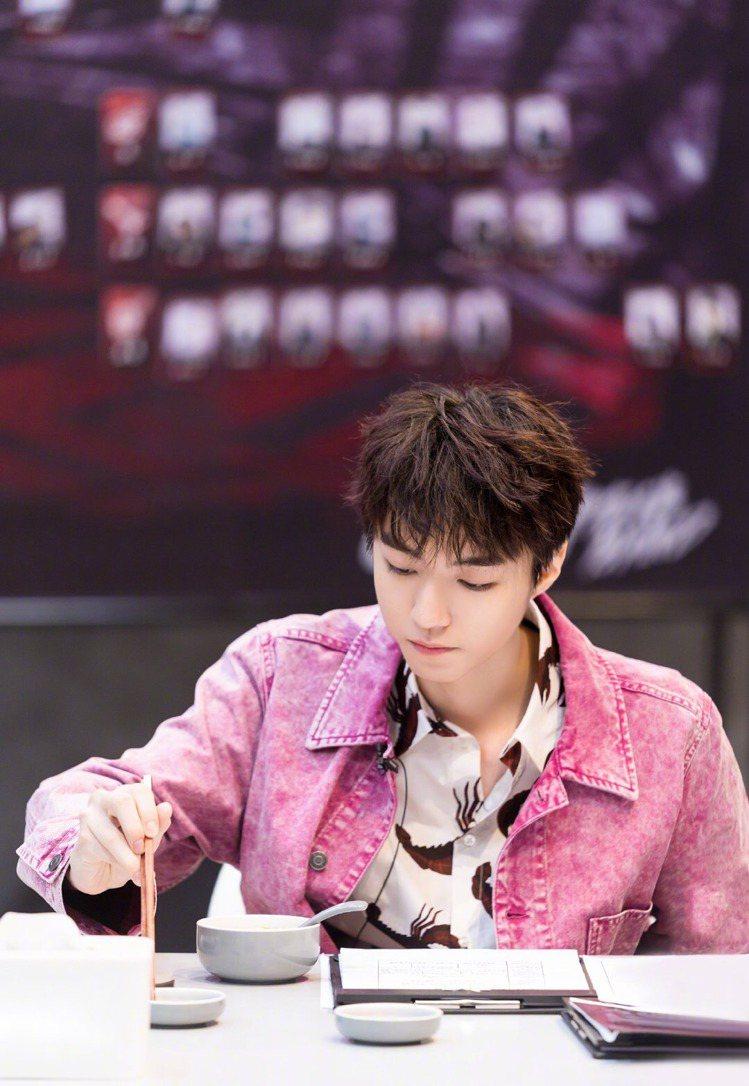TFBOYS王俊凱參與節目《我們的樂隊》錄影時著用MSGM龍蝦印花短袖襯衫。圖/...