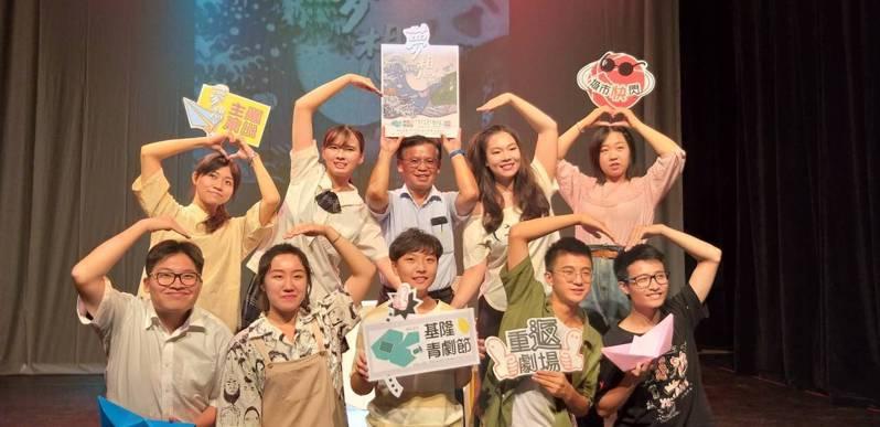 基隆市文化局今天舉辦青少年戲劇節宣傳活動,號召民眾索票到島嶼實驗劇場欣賞演出。記者邱瑞杰/攝影