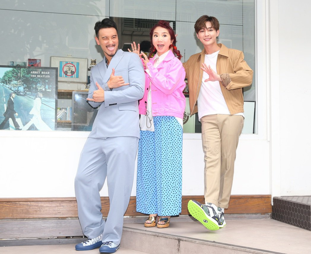 王陽明(左)與炎亞綸(右)出席錄製陶晶瑩(中)的網路節目「陶口秀」。記者林澔一/