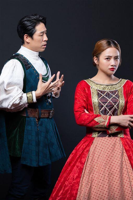 鬼鬼吳映潔(右)、藍鈞天演出舞台劇「莎姆雷特」。圖/亮棠文創提供