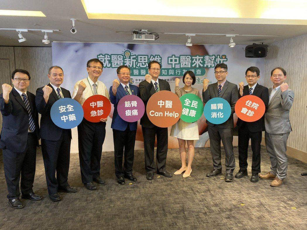 中醫師公會全聯會今公布「中醫醫療認知與行為」調查,表示一年內看過中醫的民眾接近8...
