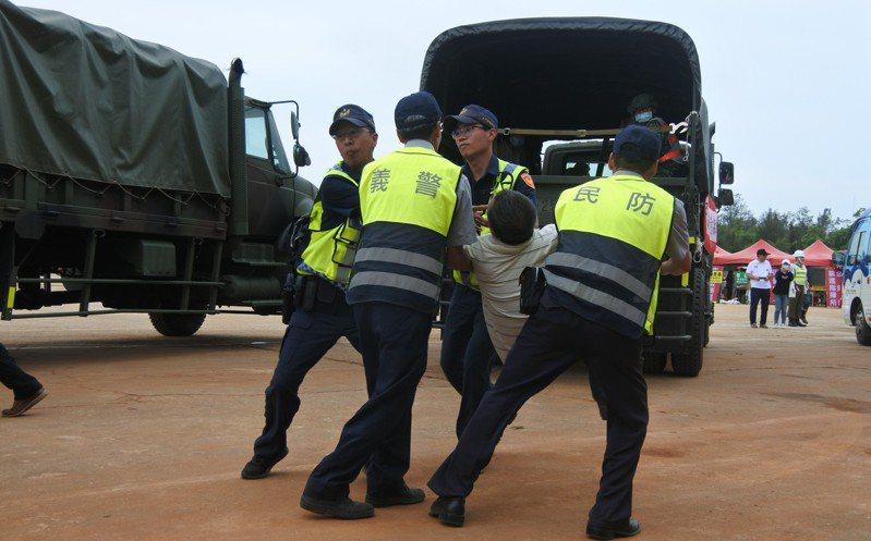演習現場還模擬上演一場民眾不肯撤離,被警方抬走的畫面。記者蔡家蓁/攝影